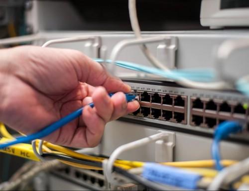 Das Bild zeigt die arbeit des Patchens eines aktiven Daten-Switch-Ports